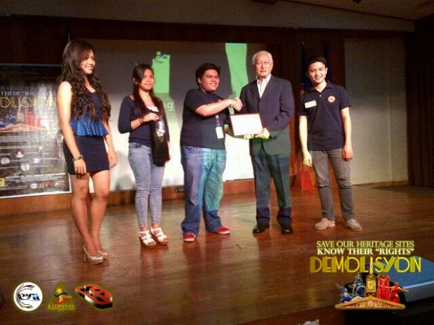 Ang may-akda habang inaabot ang certificate of appreciation kay dating Manila Mayor Alfredo Lim kasama ang mga kinatawan ng KKM at G. Franco Sena, pangulo ng UAPSA-PLM