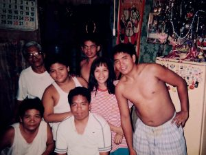 Ang isa sa mga masasayang sandali ng pamilya sa panahon ng Kapaskuhan - sa pagitan ng 1995 at 1998.