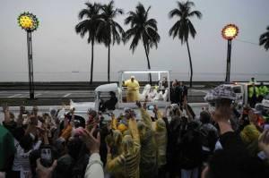 Ang pagdaan ng Popemobile ng Papa Francisco sa Roxas Boulevard (Kuha mula sa Time Online/Reuters)